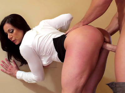 Foxy mom Kendra Lust lets him fuck her in the hallway