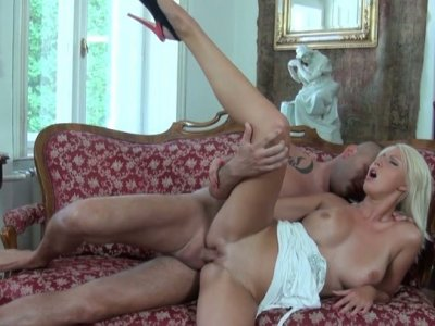 Blondie Pamela gets rid of dress for getting her pussy drilled
