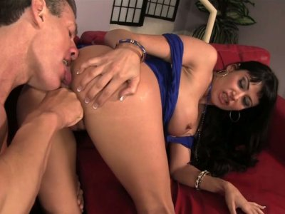 Lee Stone fingerfucks the fancy of bootylicious and busty Eva Carrera